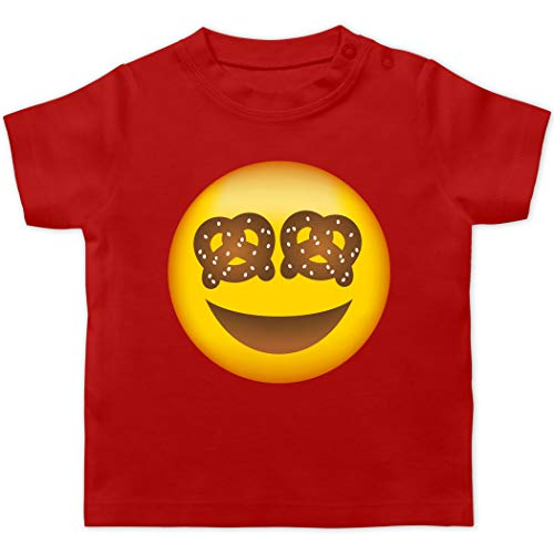 Oktoberfest & Wiesn Baby - Oktoberfest Emoticon mit Brezel Augen - 12/18 Monate - Rot - Oktoberfest - BZ02 - Baby T-Shirt Kurzarm