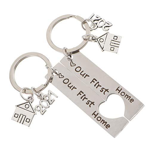 Amosfun 2pcs Neues Schlüsselanhänger 2021 Einladungskarte für das süße Zuhause Tag Buchstabe Charme Schlüsselanhänger Neu Schmuck Geschenk für Familie Partner Geschenke
