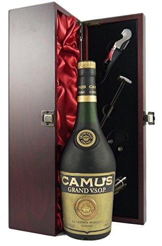 Camus Grand VSOP 'La Grande Marque' Cognac 1960's bottling in einer mit Seide ausgestatetten Geschenkbox. Da zu vier Wein Zubehör, Korkenzieher, Giesser, Kapselabschneider,Weinthermometer, 1 x 700ml