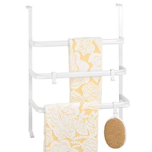 mDesign Handtuchhalter ohne Bohren – Türgarderobe aus Metall zum Einhängen an die Duschkabine oder Badtür – praktisches Hängeregal mit 3 Stangen und mehreren Haken – mattweiß
