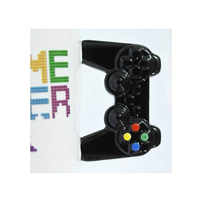 """41CIAXwupiL Texto """"Game Over"""". Mango con forma de mando. Tamaño del producto de 11 x 9 cm."""