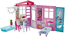 This portable Barbie dolls house unfolds to reveal over 60 cm of indoor and outdoor storytelling fun - the one-storey playset features a kitchen, bedroom, bathroom, dollhouse furniture and outdoor pool The kitchen is full of Barbie accessories, lik...