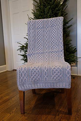 Carraig Donn Irische Decke mit Zopfmuster, keltisches Aran-Design, 100 % Merinowolle, hergestellt in Irland, 102 x 140 cm, Grün/Weiß (Merino-Kohle/Schwarz)