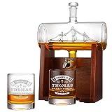 Whisky-Dekanter mit 2 Whiskygläser 320ml, hochwertige Whisky-Karaffe mit Segelschiff 1000ml mit hochwertigen Holzständer und Edelstahlhahn, bleifreier Dekanter, ideal als Geschenkidee für Männer