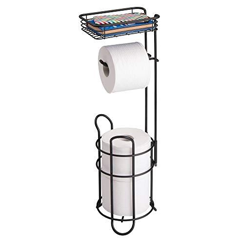mDesign Portarrollos de papel higiénico con estante – Elegante dispensador de papel higiénico de metal – Porta rollos de pie con espacio para 3 rollos de papel higiénico – negro mate