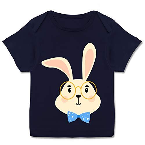 Tiermotive Baby - Süßer Hase mit Brille und Fliege - 80-86 (18 Monate) - Navy Blau - T-Shirt - E110B - Kurzarm Baby-Shirt für Jungen und Mädchen