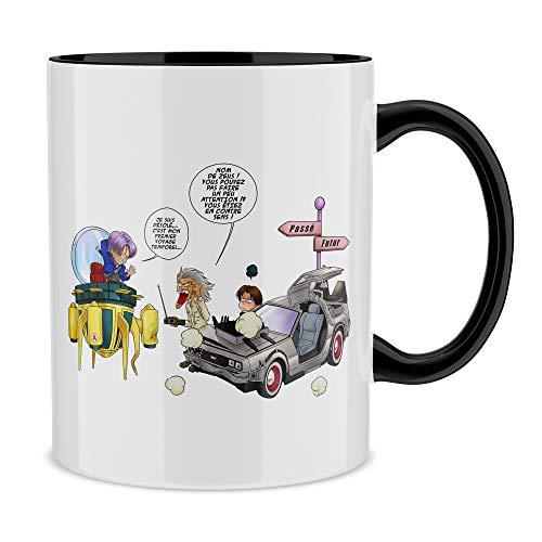 Okiwoki Mug Noir Dragon Ball Z - Retour vers Le Futur parodique Trunks Vs Doc et Marty Macfly : Collision dans Les Couloirs du Temps ! (Parodie Dragon Ball Z - Retour vers Le Futur)
