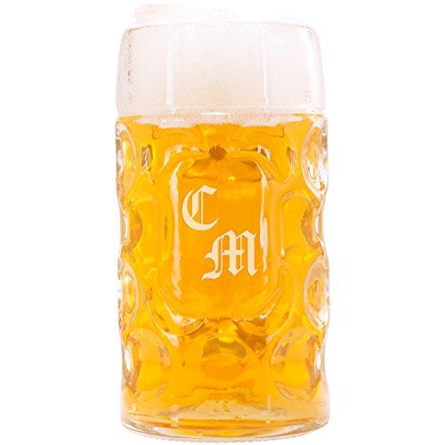 Geschenke 24: Maßkrug Oktoberfest mit Gravur gewölbt - Liter-Bierkrug mit Wunschname oder Zwei Initialen graviert - personalisierte Bier-Geschenke für Männer