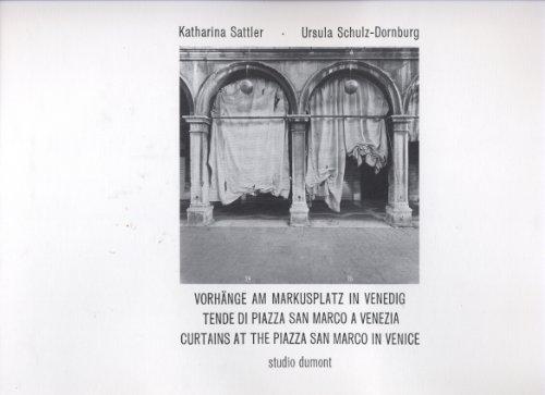 Vorhänge am Markusplatz in Venedig. Text in deutsch / englisch / italienisch