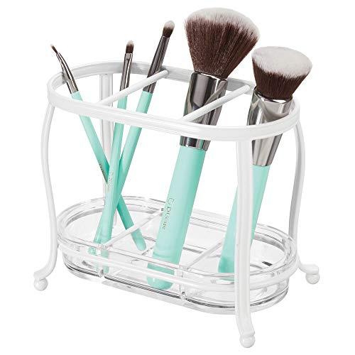 mDesign Organizador de maquillaje para el lavabo o el armario del baño – Soporte para brochas de metal y plástico – Porta pinceles con 3 compartimentos y bandeja extraíble – blanco y transparente