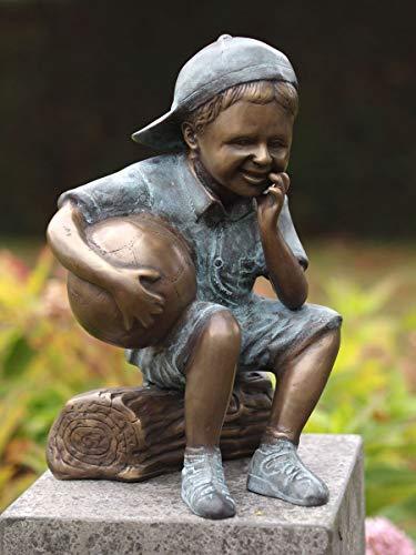 H. Packmor GmbH Bronzeskulptur sitzender Junge mit Fußball Gartendekoration Dekorationsfigur