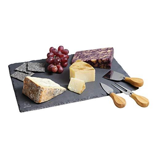 Il modo più semplice per offrire una splendida selezione di formaggi per cene e feste. Include un vassoio grande 35x 25cm che fornisce una superficie naturalmente fresca, ideale per affettare formaggi molli. La confezione contiene anche tre coltell...
