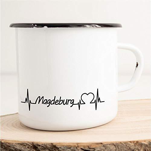 HELLWEG DRUCKEREI Emaille Tasse Magdeburg Herzschlag Puls Geschenk Idee für Frauen und Männer 300ml Retro Vintage Kaffee-Becher Weiß mit Stadt Namen für Freunde und Kollegen