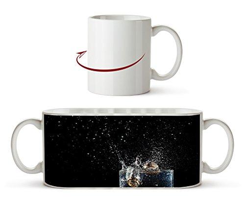 Los anillos de boda oscuros caen en un vaso con efecto de agua: dibujo como taza de 300 ml, de cerámica blanca, maravillosamente como idea de regalo o su nueva taza favorita.
