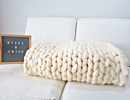 Hygge & Cwtch Chunky Knit Blanket Throw | Hand Made Knitted with Heavy Thick Vegan Yarn | Free Storage Bag | Accent Home Decor Gift for Farmhouse Couch Bench Bed (50'x60', Cream)