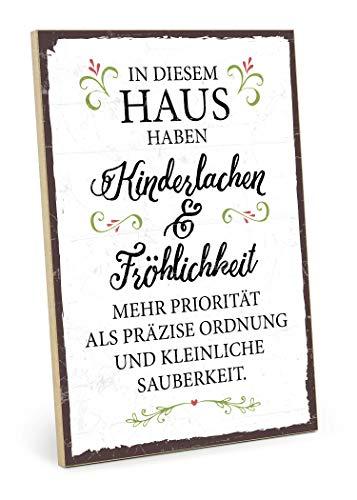 TypeStoff Holzschild mit Spruch – KINDERLACHEN UND FRÖHLICHKEIT – im Vintage-Look mit Zitat als Geschenk und Dekoration zum Thema Familie, Ordnung und Sauberkeit (19,5 x 28,2 cm)