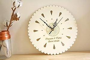 Horloge personnalisée en bois, pendule murale gravée avec votre texte, décoration artisanale sur mesure.