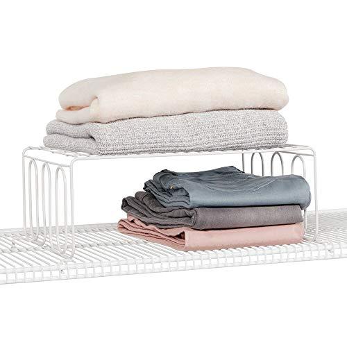 mDesign Separador de estantes con balda – Prácticos organizadores de armarios para estantes de Rejilla – Separadores metálicos para el Armario del Dormitorio, baño o Cocina – Blanco