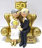 Figura de Pastel Pop&Fun Bodas de Oro (50 aniversario) PERSONALIZADA CON PLACA con el nombre y la fecha, medida aproximada:16x16,5 cm, poliresina pintada a mano en color dorado