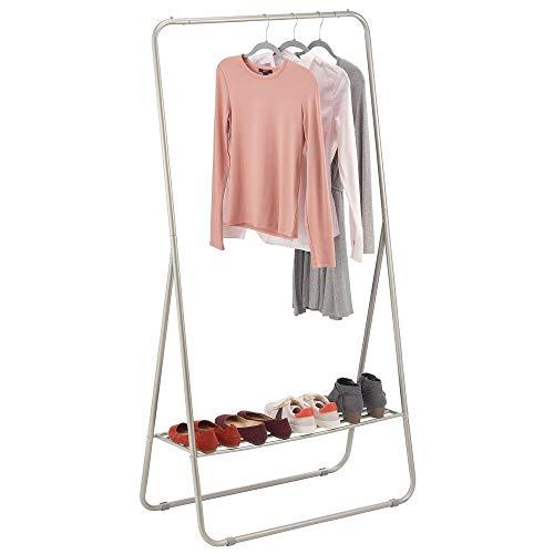 mDesign Perchero de pie – Colgador de ropa portátil para el dormitorio, el armario o el recibidor – Práctica barra perchero con estante para zapatos de metal resistente – plateado mate