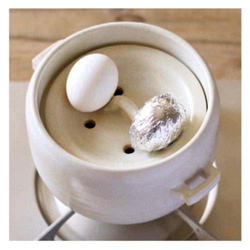 内蓋と外蓋の間の深めの空間に卵をおけばご飯を炊きながら、蒸し卵も作れて時短に。他にも通常の白米から、玄米の炊き方のカードも付いてくるので、ヘルシーな玄米をおいしく炊くこともできます。カラーも明るいホワイトと落ち着きのあるブラックの2色展開なので、インテリアに合わせて選べます。