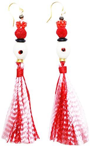 VickiSarge Con borla única Oaybidah en color rojo y rosa con múltiples cuentas tops incluyendo perlas ovaladas blancas y pendientes dorados.