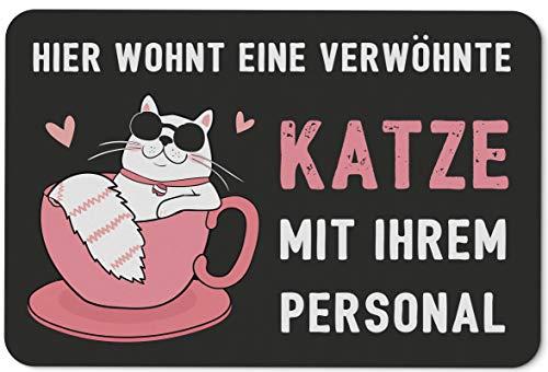 Fußmatte mit Spruch Hier wohnt eine verwöhnte Katze mit Ihrem Personal - Türmatte lustig für innen & außen - Waschbar - Geschenk für Katzenbesitzer