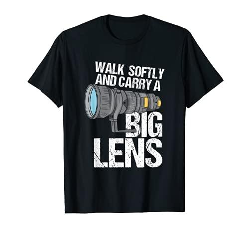 Fotógrafo de vida silvestre camina suavemente y lleva una lente grande Camiseta