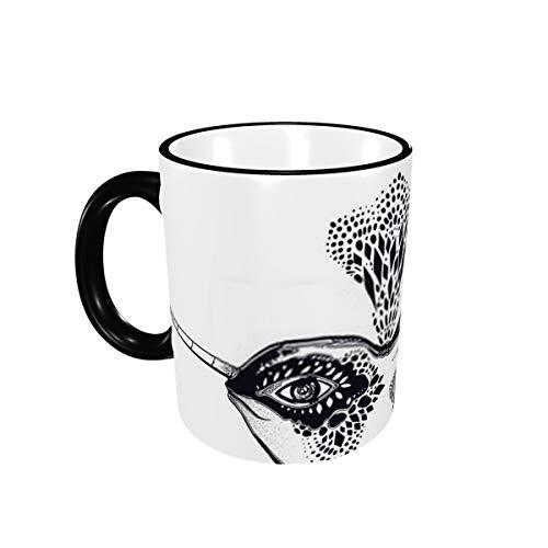 Animal marino de ballena narval salvaje tribal altamente detallado en estilo geométrico que respira Nuestra taza con fuente de agua de 11 oz es un regalo divertido para hombres y mujeres.