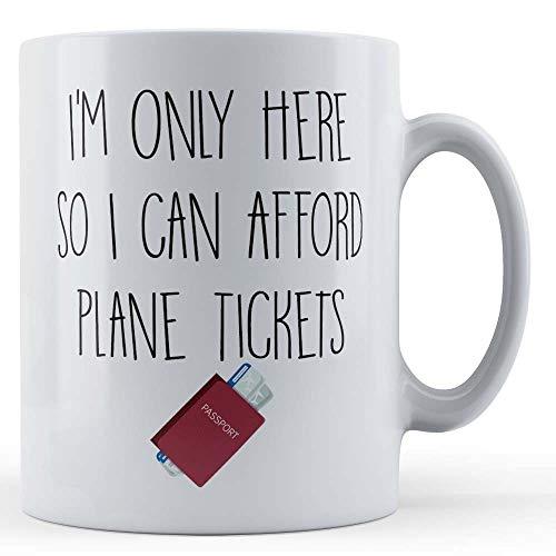 Grappige mok werken, reizen, vakantie, ik ben hier alleen zodat ik kan afford vliegtuig tickets - gift mok door vader Fox
