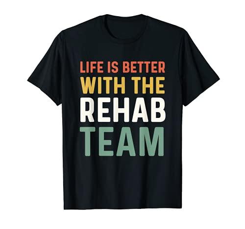 Fisioterapeuta PT Mes La vida es mejor con el equipo de rehabilitación Camiseta