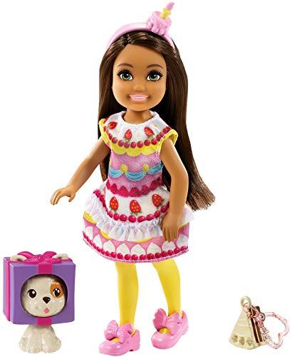 Barbie GRP71 Club Chelsea - Muñeca con disfraz de tarta, 15 cm, color moreno, con animal y colgante