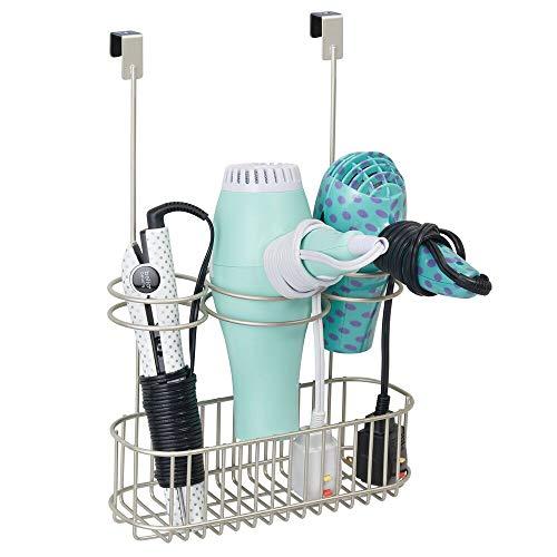 mDesign Soporte para secador de pelo sin taladro – Práctico colgador de puerta con cesta de metal para secador y plancha de pelo – Organizador de baño para utensilios de peluquería – plateado mate