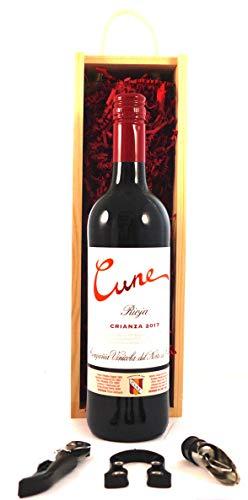 Rioja Crianza 2017 CVNE en una caja de madera con tres accesorios de vino, 1 x 750ml