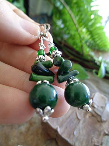 ⊹⊱ CORALLO VERDE CON SEMI DI PALMA ASAI E PERLA DI VETRO CECA IN VERDE MUSCHIO ⊰⊹ orecchini unici e rami di corallo in un grande tono verde scuro