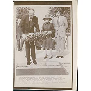 1976 Valery Giscard Grave President John Kennedy Wa French Wreath WireVintage Photo 8X10
