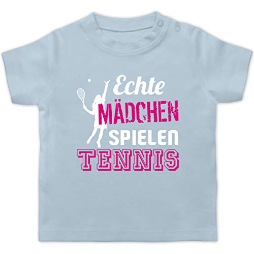 Sport Baby - Echte Mädchen Spielen Tennis - 18/24 Monate - Babyblau - Geschenke für Baby - BZ02 - Baby T-Shirt Kurzarm