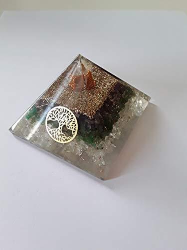 Pirámide orgonita con cristales de aventurina verde.