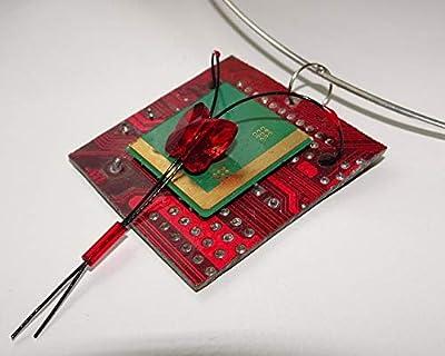 Speciimen - Bijou pour Femme en Circuit Imprimé Recyclé avec Cristal Swaroski - Pendentif Rouge Carré - Exemplaire Unique Fait Main