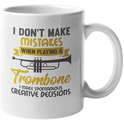 Ik maak geen fouten bij het spelen van een trombone die ik maak spontane creatieve beslissingen. Clever Koffie Thee Cadeaumok voor Mannelijke Vrouwelijke Trombonisten Trombone Instructeurs Muzikanten Of Performers 11oz
