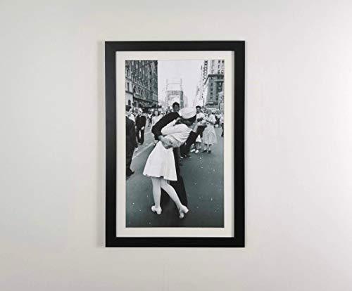 Fotodekora Cuadro con Marco Beso Times Square, el Beso del Marinero y la Enfermera 37×58 cm Moldura 3 cm Negra Mate Listo para Colgar