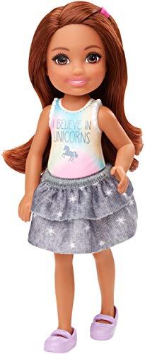 Barbie Club Chelsea Muñeca morena con falda y camiseta, juguete de regalo para niñas y niños +3 años (Mattel GHV63)