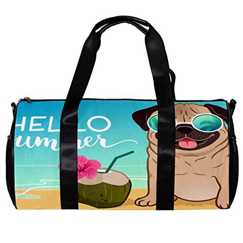 Bolsa de deporte redonda con correa de hombro desmontable para perro carlino con gafas de sol reflectantes en una playa de arena y océano bolsa de entrenamiento para mujeres y hombres