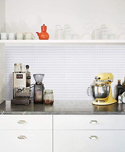 こちらもモザイクタイルのデザインで、真っ白。洋風のキッチンにもすっきり馴染みますね。  白ベースのタイルシールは、空間を広く見せる効果も。清潔感のある雰囲気を演出しますよ。