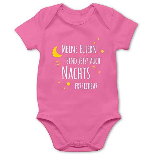 Shirtracer Sprüche Baby - Meine Eltern sind jetzt auch Nachts erreichbar - 1/3 Monate - Pink - Baby Kleidung neutral - BZ10 - Baby Body Kurzarm für Jungen und Mädchen