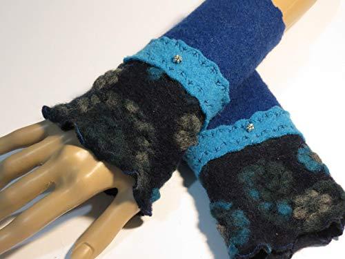 Armstulpen/Pulswärmer: Walkwolle (Walkloden, Kochwolle) in Dunkelblau und in Hellblau, dehnbare Walkwolle (Strickwalk) in Nacht-Blau (Blumen-Relief); Charm (winziges Blumchen), Zierstiche