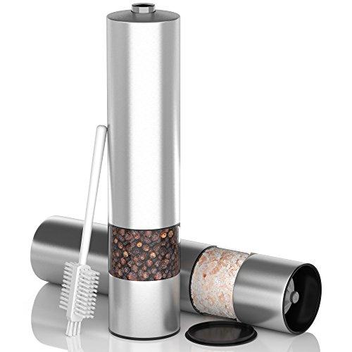 Elektrische Salz- und Pfeffermühle aus Edelstahl (2er Set) von Akoni Homeware   Mühle mit Licht, Deckel, Bürste und verstellbarem Keramik-Mahlwerk um Salz und Pfeffer zu zerkleinern und zermahlen