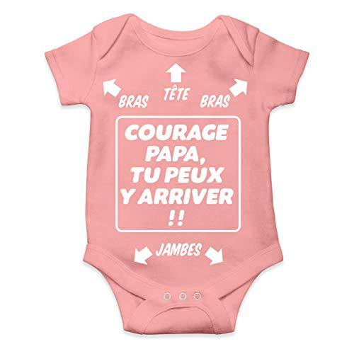 Okiwoki Body bébé Humour - Courage Papa, tu Peux y Arriver !! Cadeau de Naissance pour Petite Fille (Rose) (3 Mois)