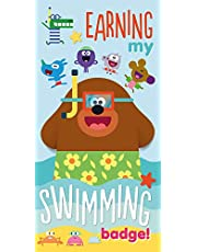 Hey Duggee Toalla de playa oficial, diseño de insignia de natación, toalla súper suave, perfecta para natación, la playa o el baño, multicolor, 140 x 70 cm