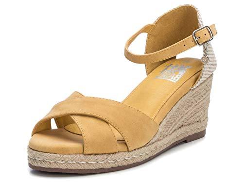 XTI - Sandalia de Cuña para Mujer - Sandalia con Tira y Cierre de Hebilla - Tacón 8 cm - Color Amarillo - Talla 39